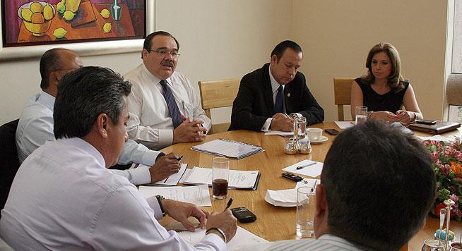 El secretario de Desarrollo Agrario, Territorial y Urbano (SEDATU), Jorge Carlos Ramírez Marín, en reunión con senadores de la República integrantes de diversas comisiones.