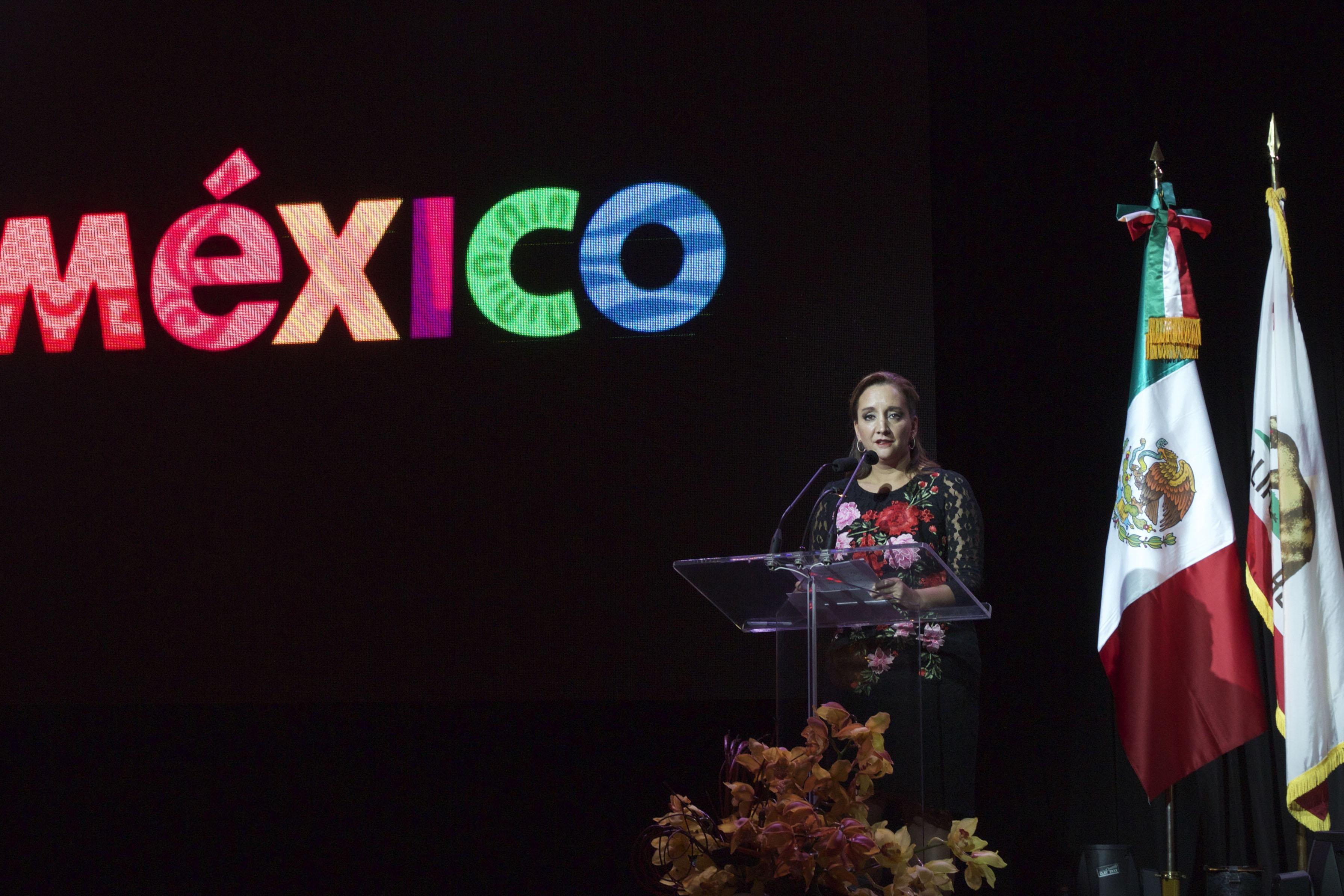 """La Secretaria de Turismo, Claudia Ruiz Massieu, presentó en Los Ángeles, Estados Unidos, la campaña """"Mi México"""" con el objetivo de aumentar el número de visitantes hispanos de aquel país a diversos lugares de la República Mexicana."""