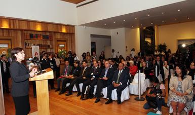 La Titular de la SEDATU Rosario Robles en el pódium acompañada de funcionarios de los organismos sectorizados y mujeres líderes del sector de la vivienda que conforman el Consejo Consultivo de la Asociación Civil.