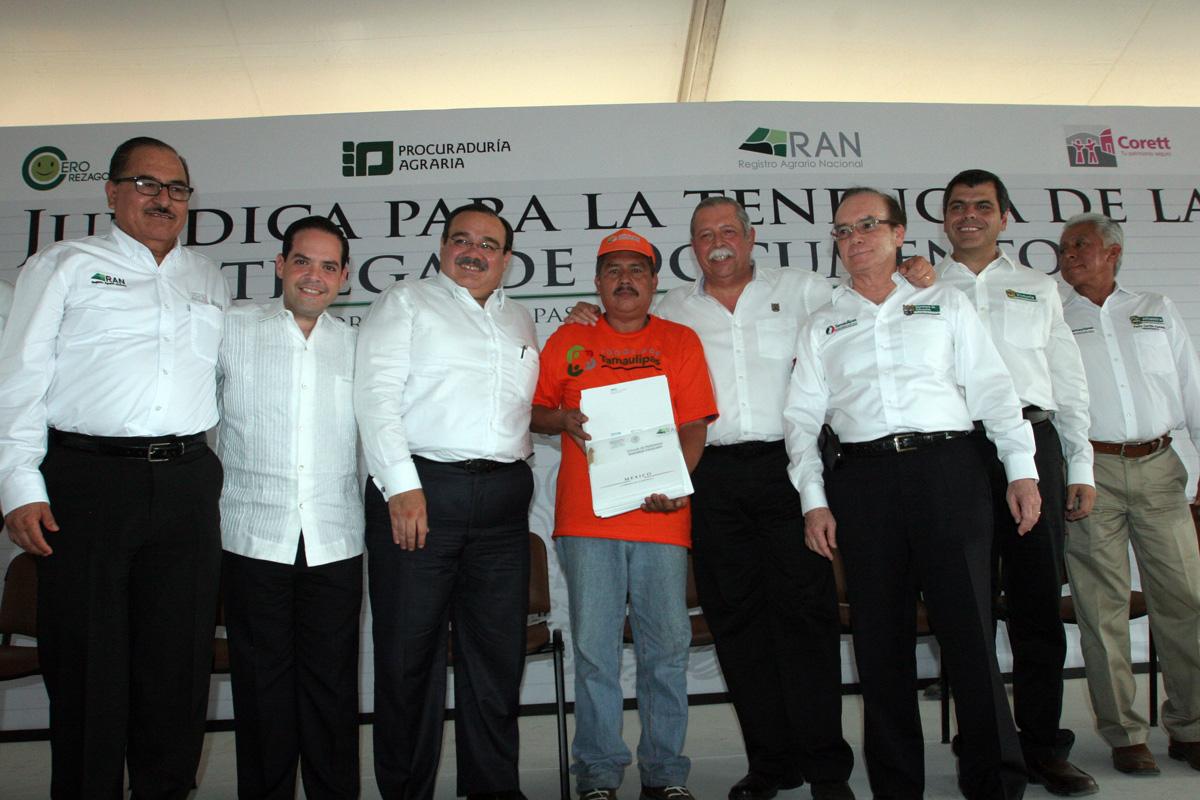 El secretario de Desarrollo Agrario, Territorial y Urbano, Jorge Carlos Ramírez Marín, entregando títulos de propiedad y escrituras públicas, que dan certeza jurídica a 16 mil familias en Tamaulipas.