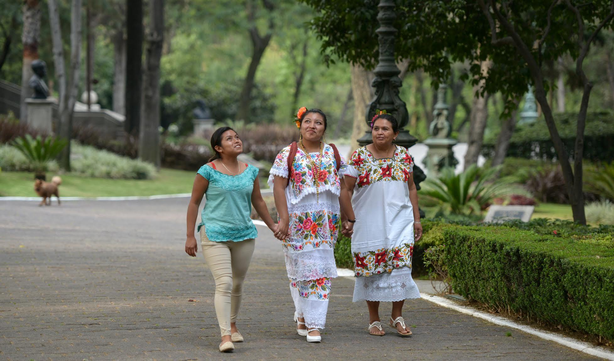 En su recorrido por los jardines de la Residencia Oficial de Los Pinos, Fátima, Laigxa y la Directora Leticia.