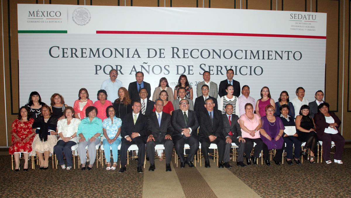 El secretario de Desarrollo Agrario Territorial y Urbano, Jorge Carlos Ramírez Marín, entregó reconocimientos a trabajadores de la dependencia por 15, 20, 25, 30, 35 y 40 años de servicio.