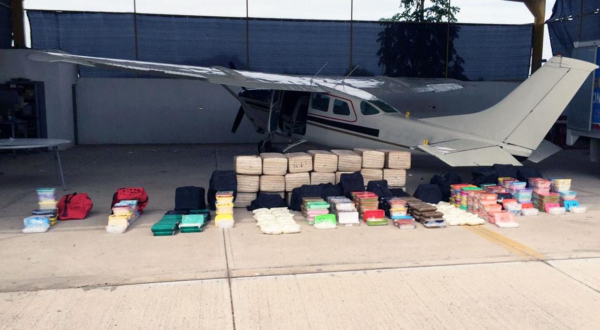 Mediante cateo PGR asegura droga, automóviles y avionetas.