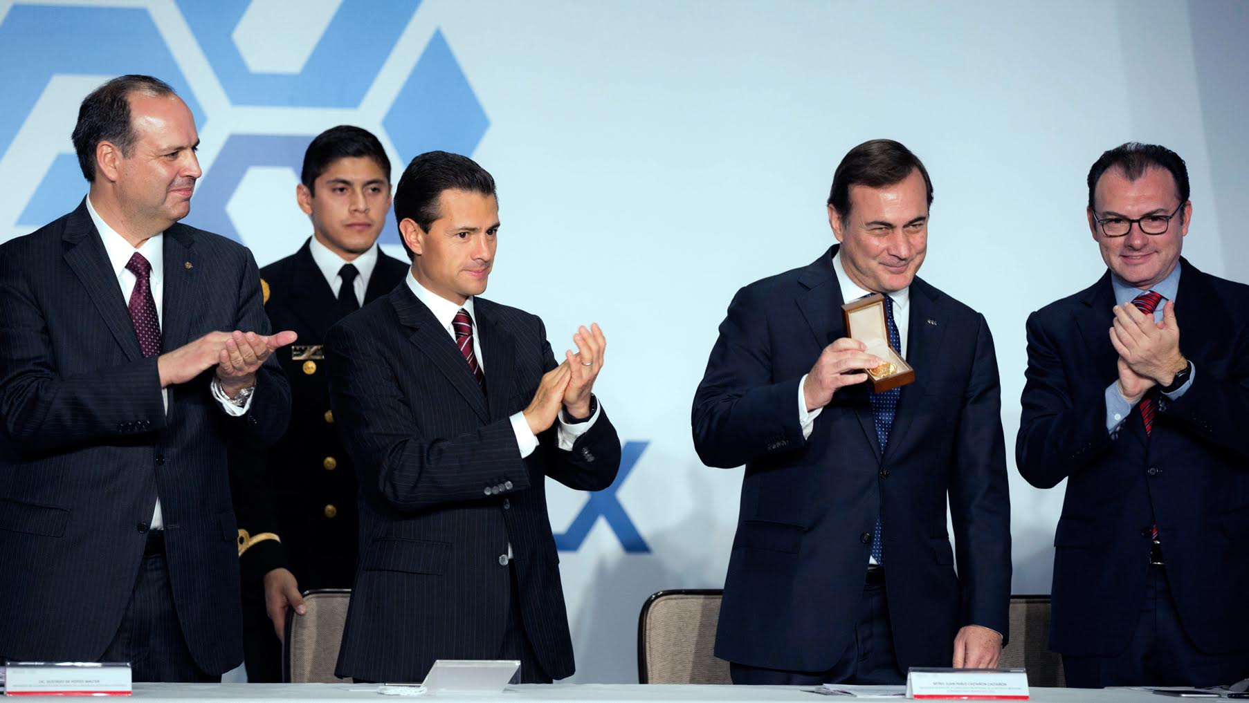 The president swore in the National Board of the Mexican Employers' Confederation (COPARMEX).