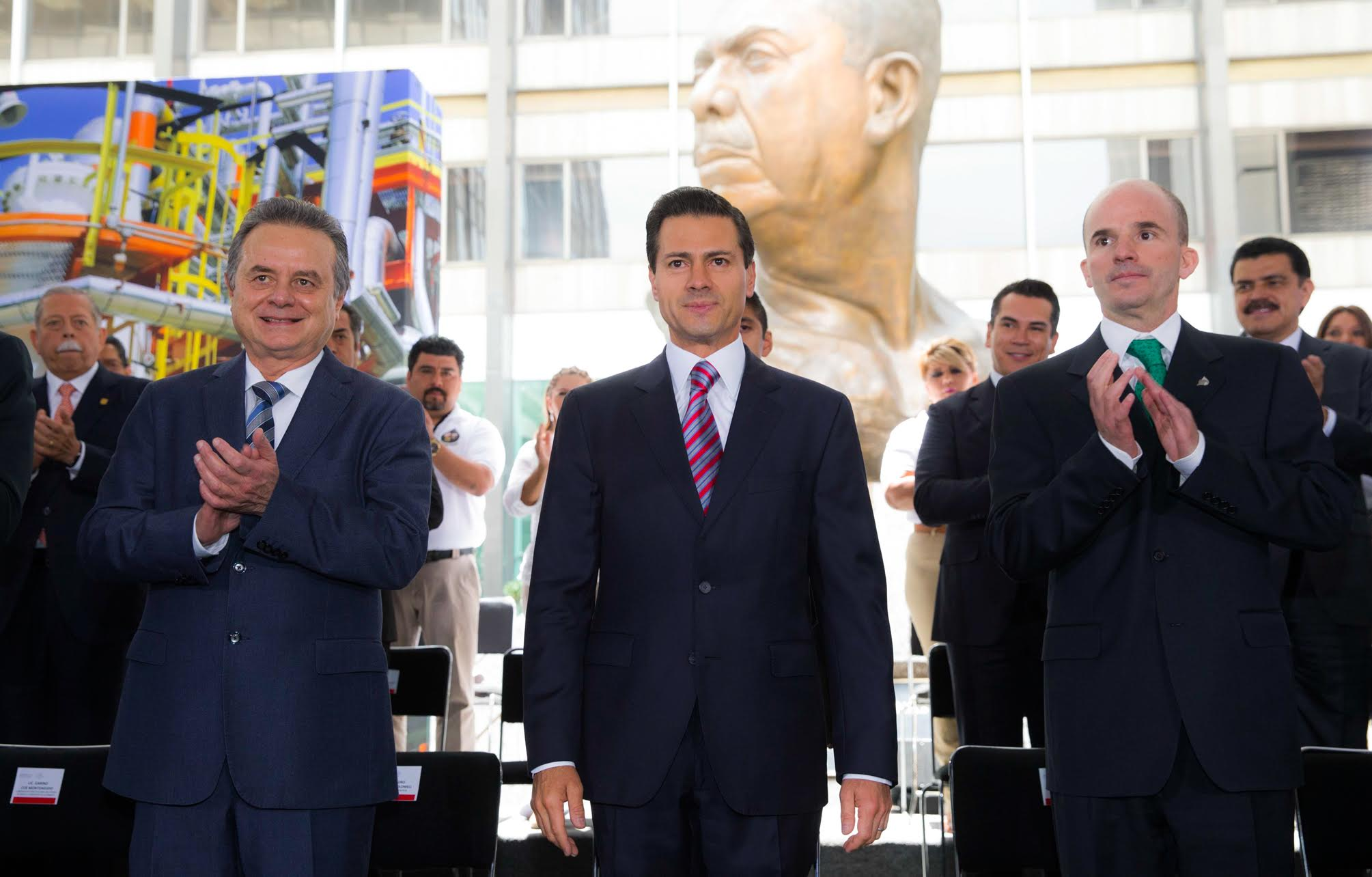 """""""Si hoy México es una Nación industrializada, bien comunicada, con una elevada cobertura educativa y de servicios de salud, se debe, en buena medida, a décadas de intenso trabajo de Petróleos Mexicanos: EPN"""