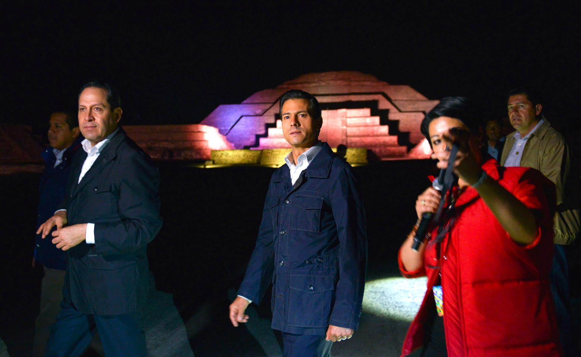 """Presidente Enrique Peña Nieto recorre el espectáculo """"Experiencia Nocturna en Teotihuacán""""."""