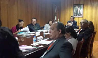 Funcionarios de distintas instituciones se reunen en la sala de consejo de la Conamed para tratar el tema de participación ciudadana.