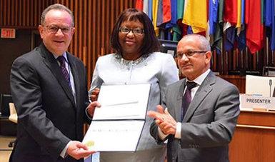 En la sede de la OPS el Dr. Miguel Ángel Lezana Fernández recibe el premio OPS en Administración 2014 de manos de funcionarios de la organización.
