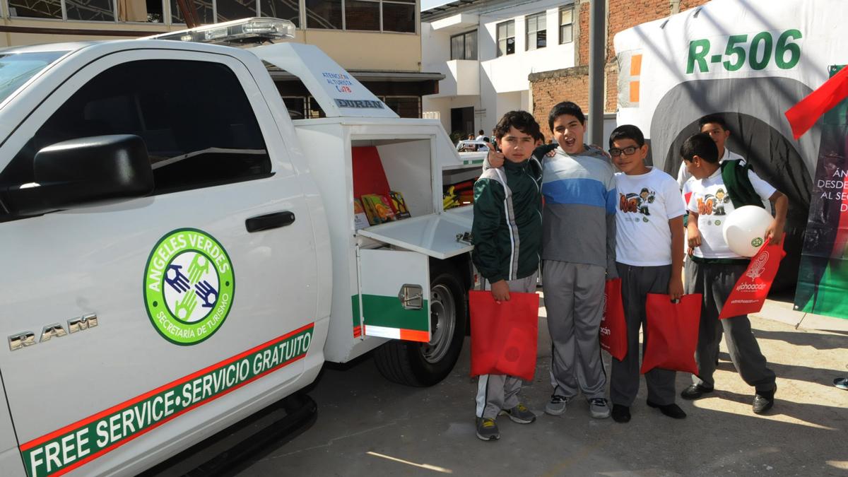 """Niños reciben información sobre turismo responsable mediante el programa """"Un día con tu ángel""""."""