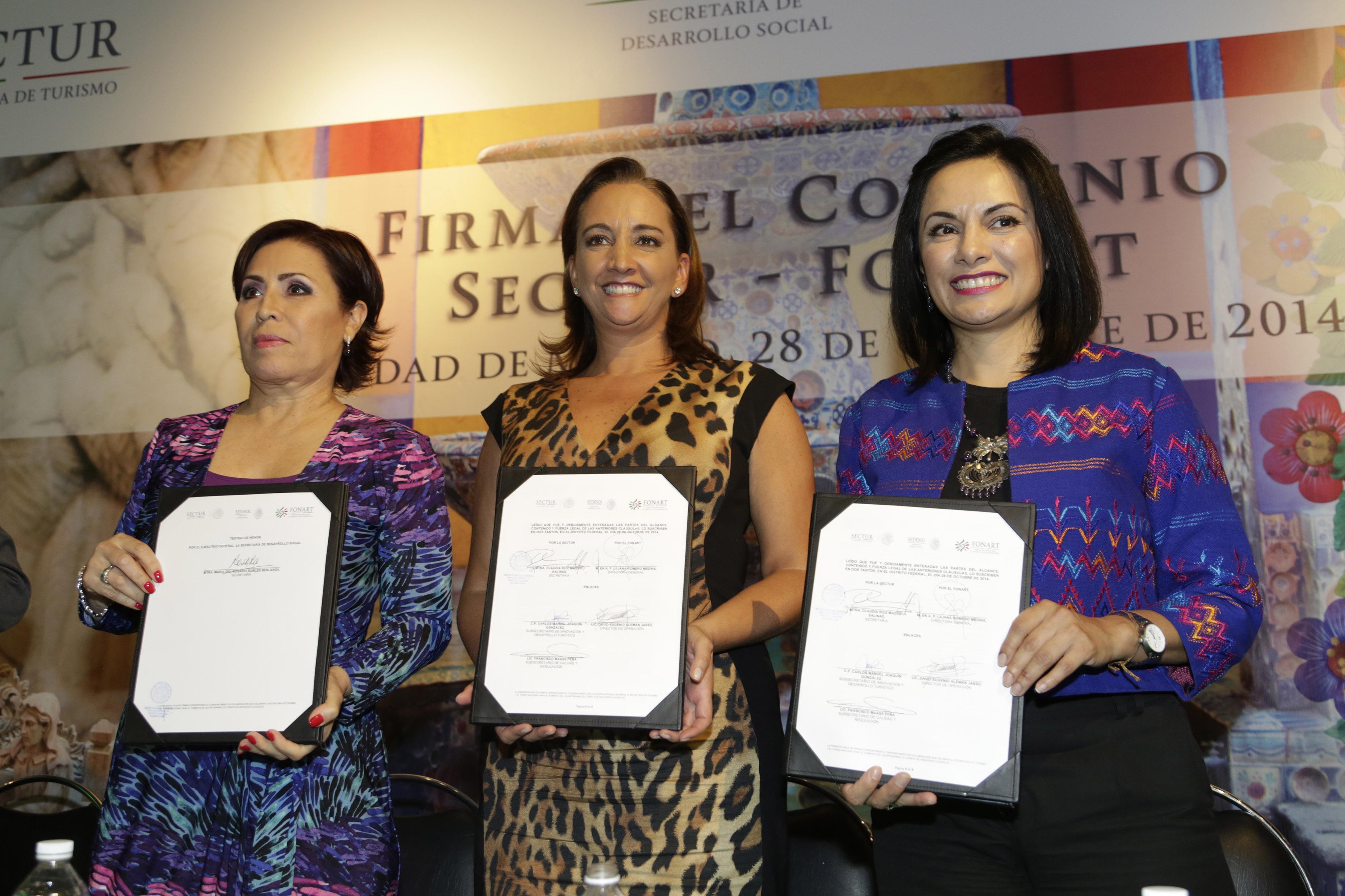 Muestran el convenio firmado: Rosario Robles, Secretaria de Desarrollo Social, la Secretaria de Turismo, Claudia Ruiz Massieu y Liliana Romero Medina, titular del FONART.