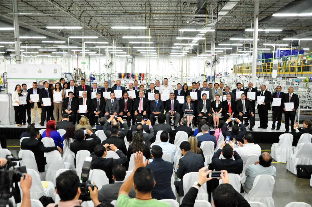 """El Subsecretario de Previsión Social, Ignacio Rubí Salazar, entregó reconocimientos de """"Empresa Segura"""" a 34 centros de trabajo de 12 estados del país."""