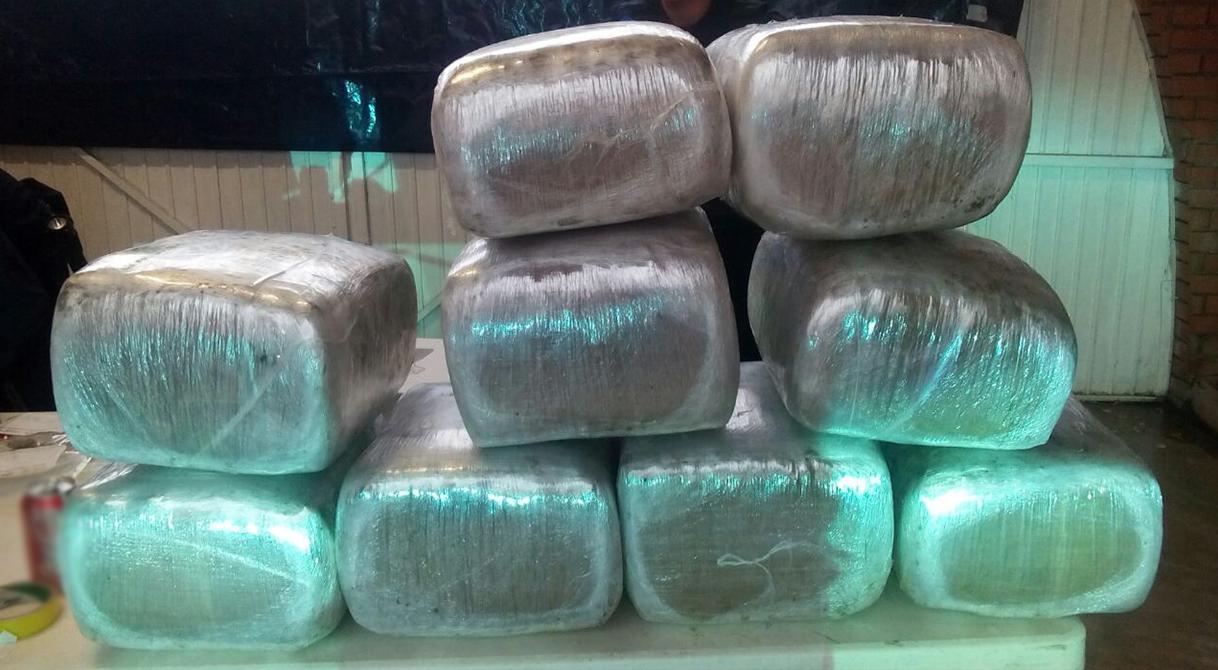 PGR inicia indagatoria contra un hombre a quien le aseguraron armas de fuego y nueve paquetes de droga.