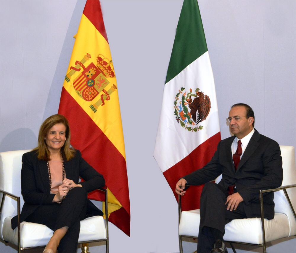 El Secretario del Trabajo y Previsión Social, Alfonso Navarrete Prida, y la Ministra de Empleo y Seguridad Social de España, Fátima Báñez García, durante una de las reuniones sostenidas en esa nación.
