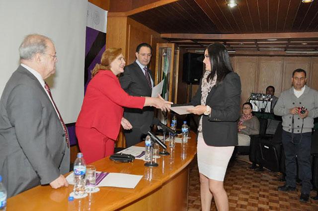 La abogada general, María Evangélica Villalpando y el oficial mayor Emilio Zebadúa, entregan constancias expedidas por el IFAI