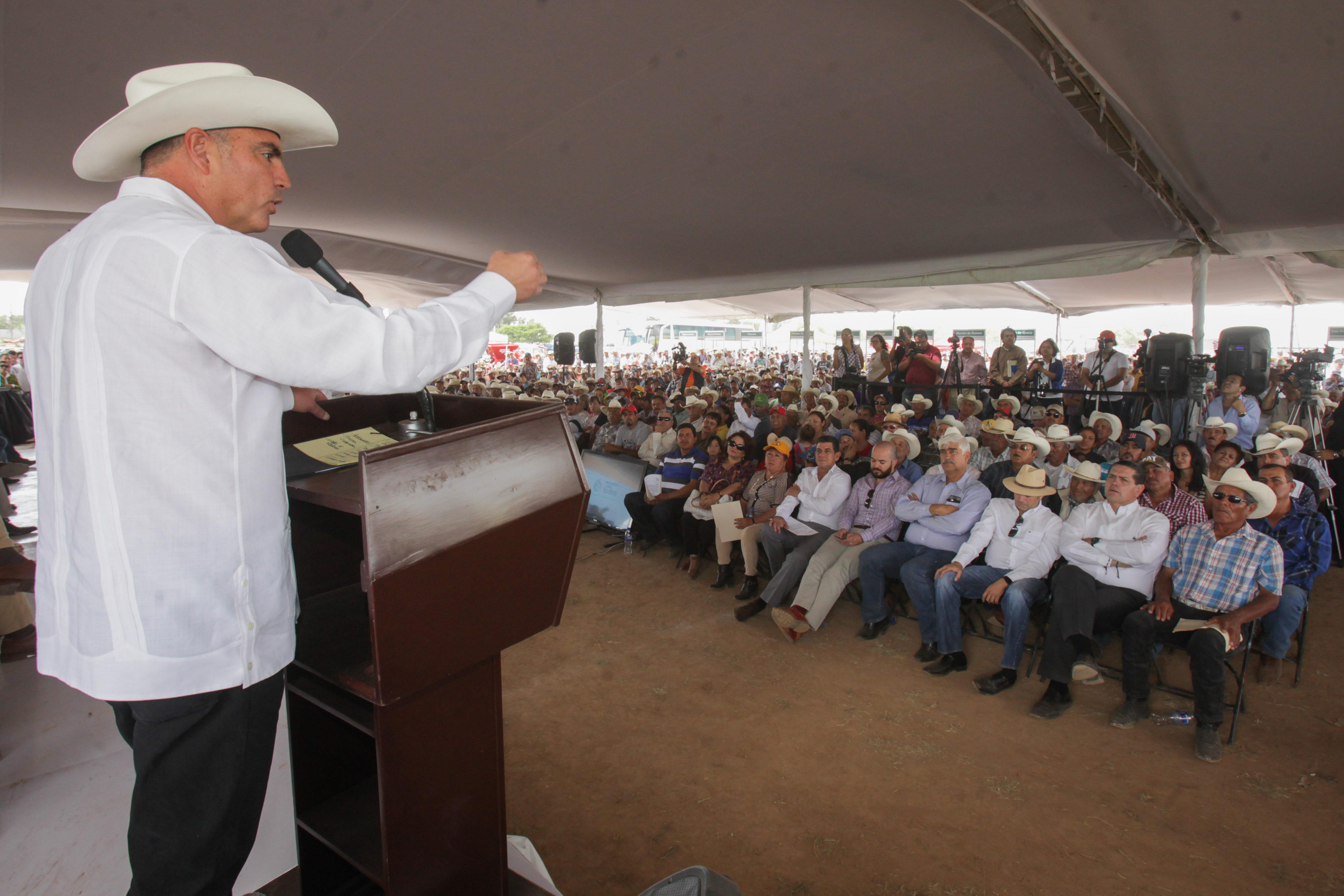 El secretario José Calzada Rovirosa y el gobernador Carlos Lozano de la Torre colocaron la primera piedra del Agroparque de Aguascalientes.