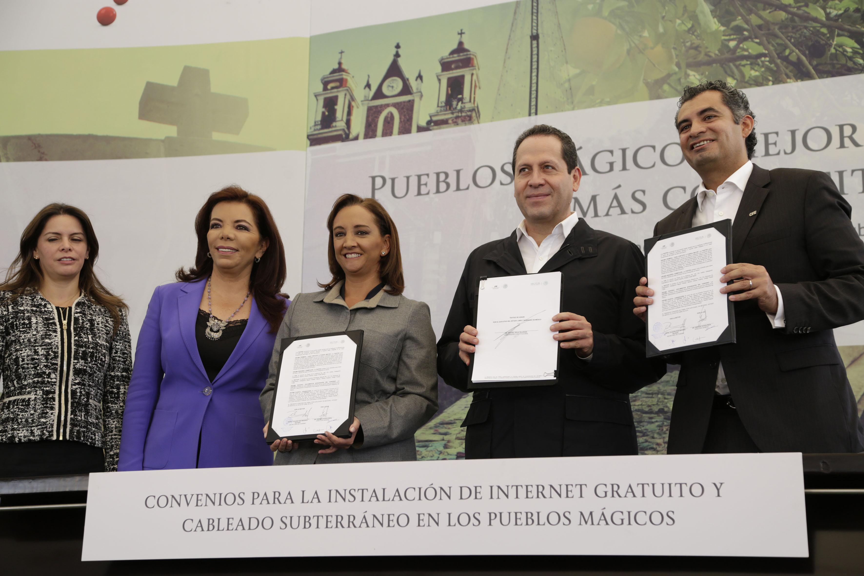 Los representantes de la SECTUR, la SCT y CFE tras firmar convenios de colaboración para la instalación de Internet Gratuito y Cableado Subterraneo en los Pueblos Mágicos.