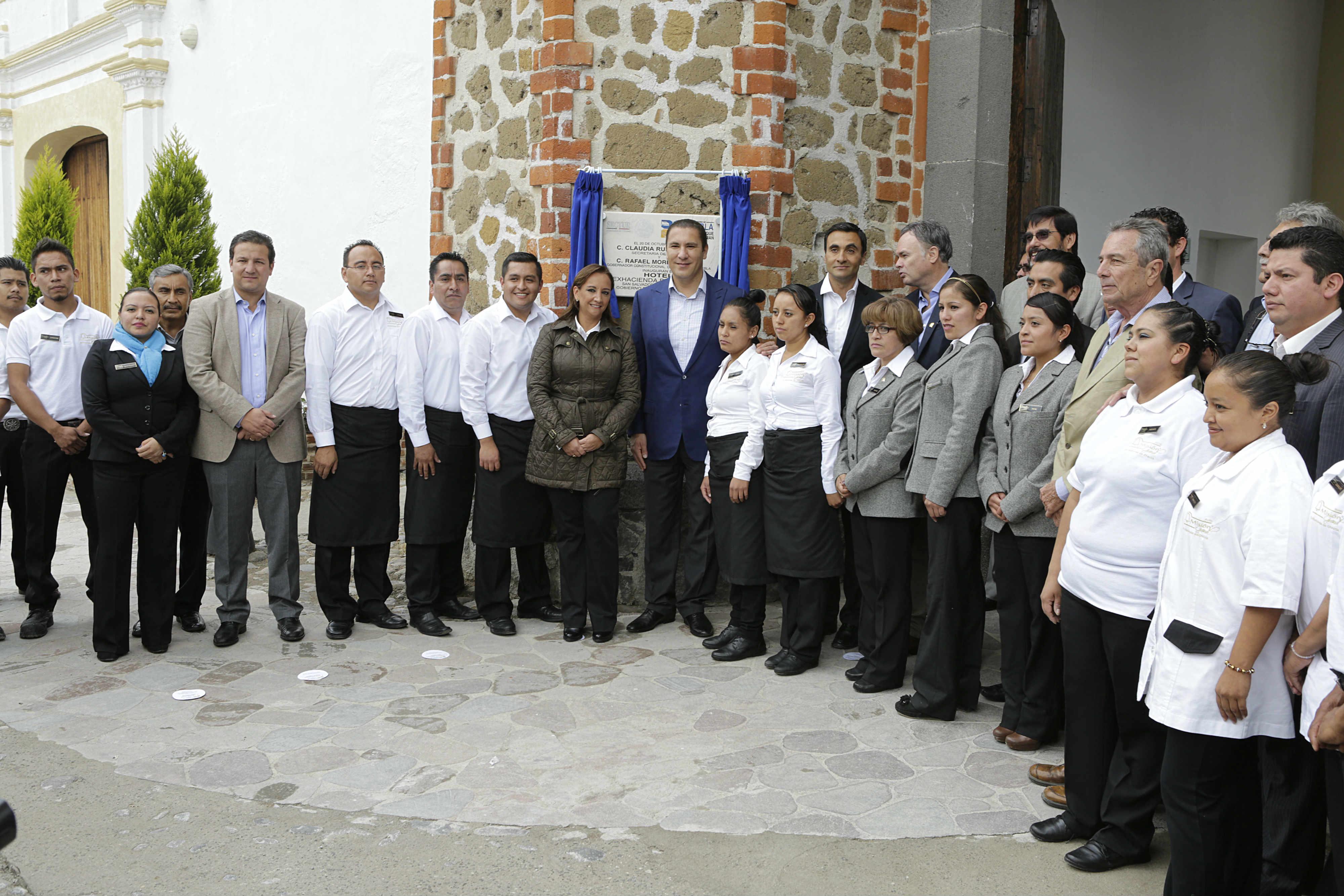 Devela Ruiz Massieu, junto con el gobernador de Puebla, la placa inaugural del Hotel Misión Grand-Ex Hacienda de Chautla.