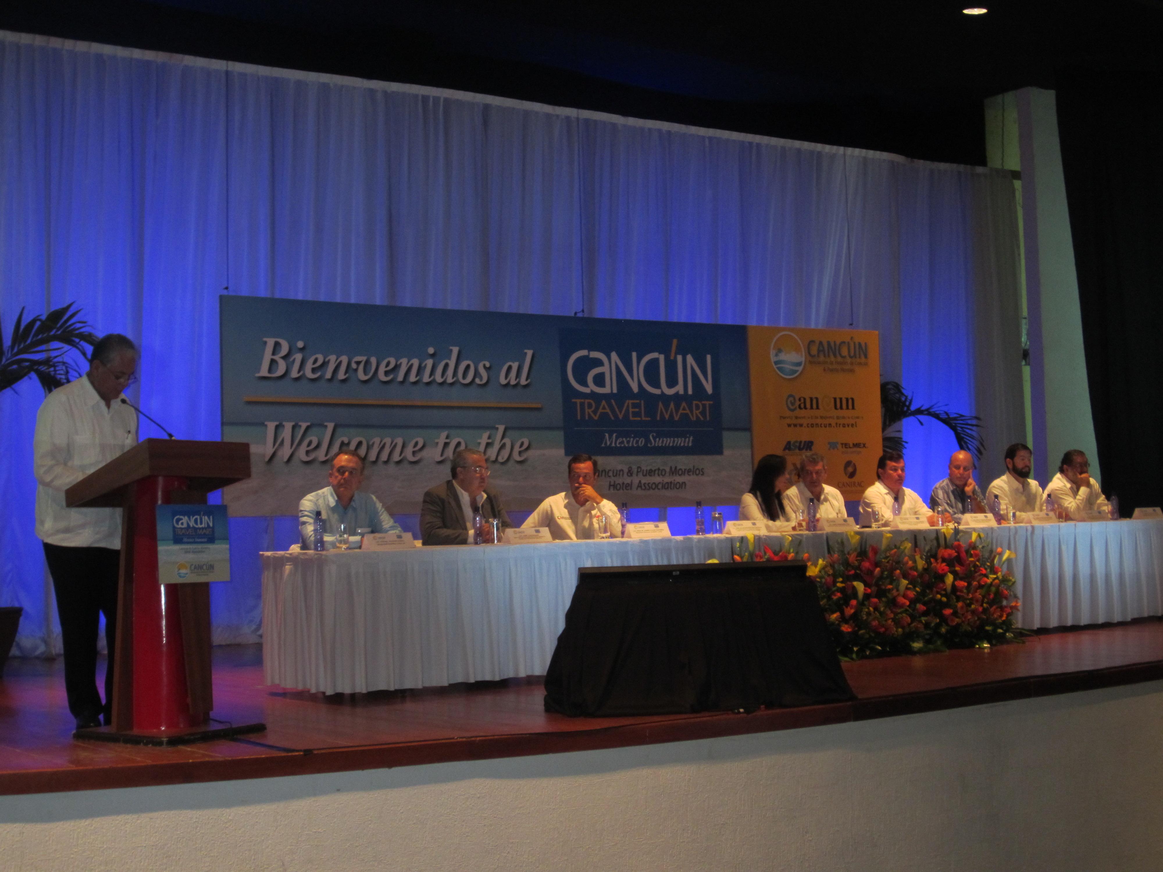 Salvador Sánchez en la bienvenida al Cancun Travel Mart Mexico Summit.