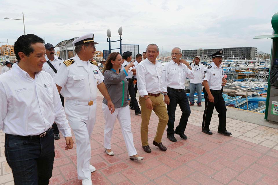 La Secretaria de Turismo, Claudia Ruiz Massieu, presencia el arribó del primer crucero a Los Cabos tras el paso del Huracán Odile.