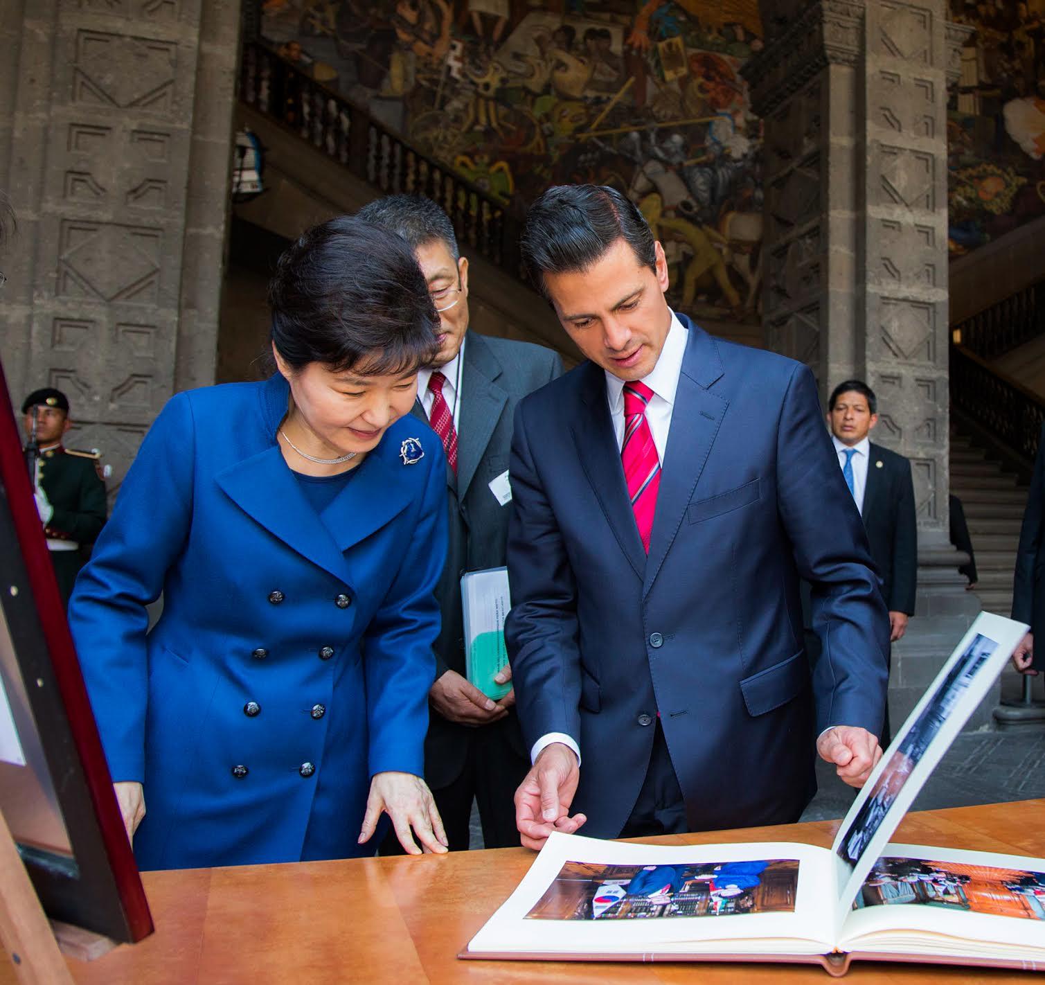 """""""Deseo que ambos países abran de la mano un futuro más promisorio, tomando como base los valores y la visión compartidos"""": Presidenta de la República de Corea, Park Geun-hye."""