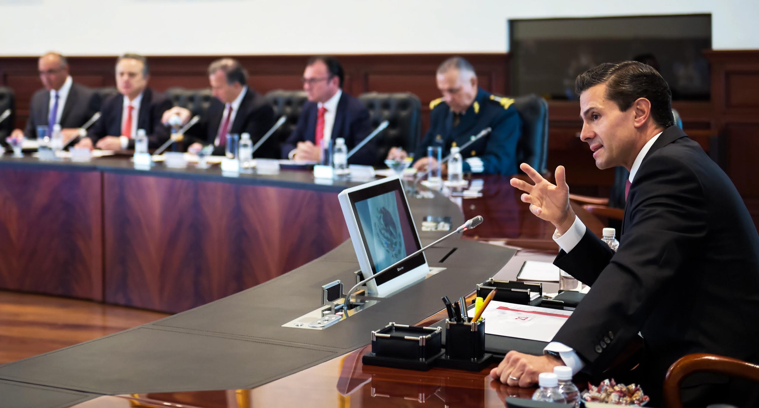 El Presidente de la República, Enrique Peña Nieto, encabezó hoy una reunión con los integrantes de su Gabinete Legal y Ampliado, en la que se revisaron las perspectivas económicas para los años 2016 y 2017.