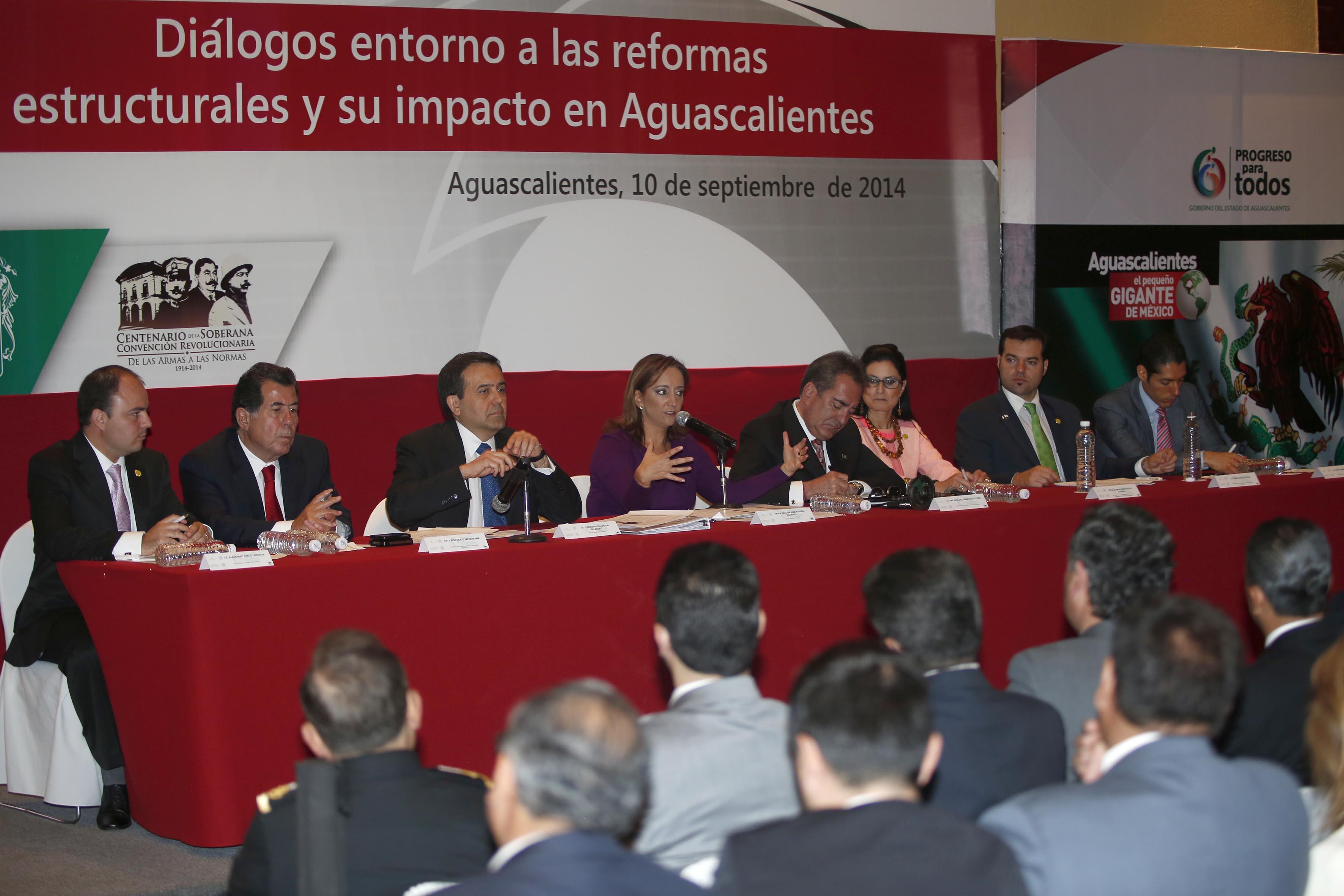 La Secretaria de Turismo, Claudia Ruiz Massieu en reunión Diálogos Entorno a las Reformas Estructurales  y su Impacto en Aguascalientes.