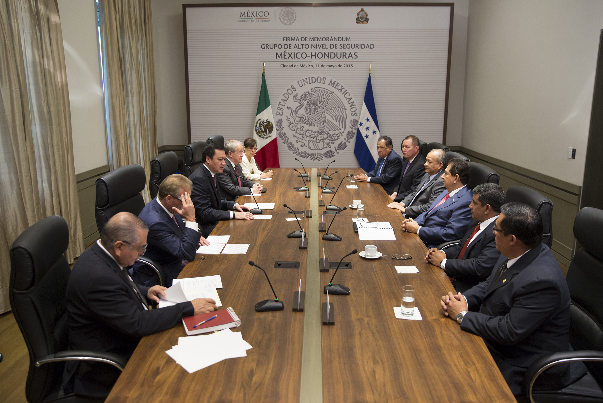 """El Secretario de Gobernación, Miguel Ángel Osorio Chong, suscribió el """"Memorándum de Entendimiento del Grupo de Alto Nivel en Seguridad (GANSEG) México-Honduras""""al lado de su homólogo el Secretario Hernández Alcerro  del gobierno de Honduras."""