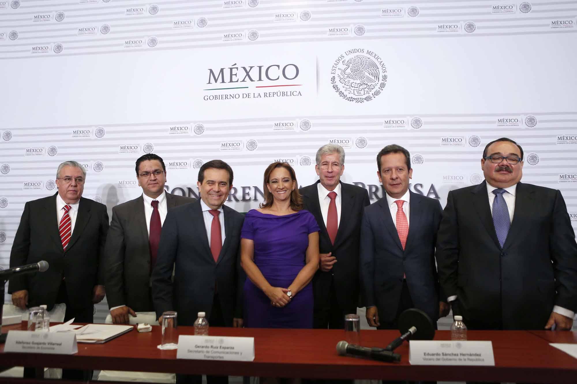 Ruiz Massieu en conferencia de prensa conjunta con otros secretarios de Estado.