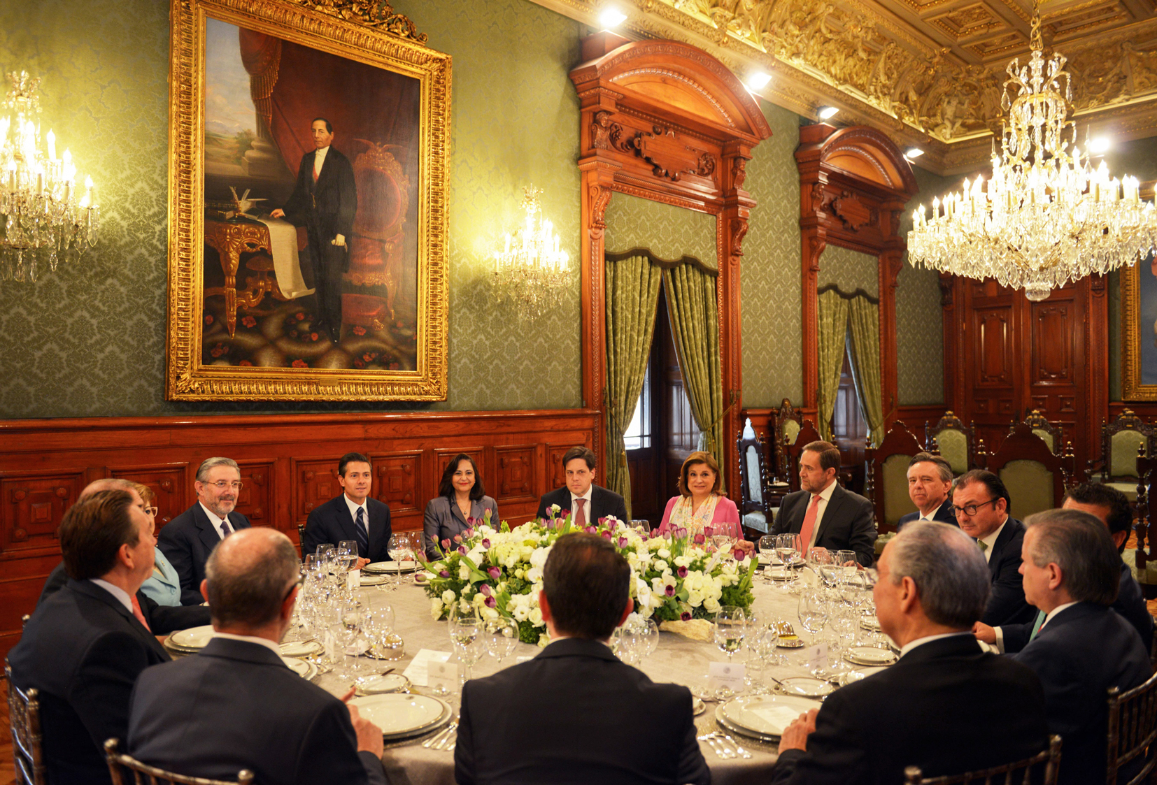 The president at a meeting with the Ministers of the Supreme Court in the Ambassadors' Hall at the National Palace.