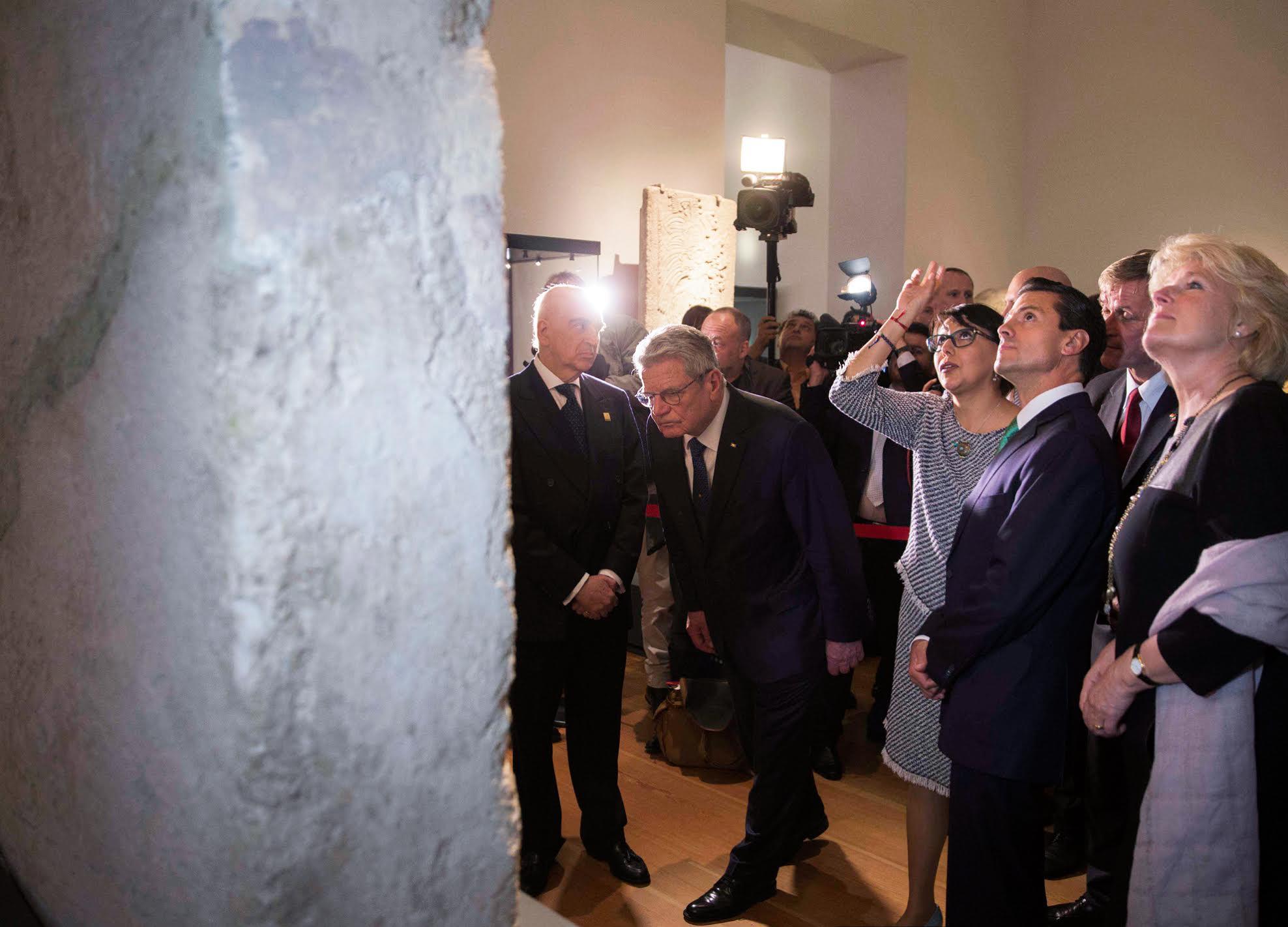"""Los Presidentes de México, Enrique Peña Nieto, y de la República Federal de Alemania, Joachim Gauck, inauguraron y recorrieron la exposición """"Mayas, el lenguaje de la belleza"""" en el Museo Martin-Gropius-Bau."""