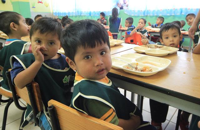 Estrategia de Desayunos y Comidas Calientes para Hijos de los Trabajadores del Campo en campos agrícolas sinaloenses
