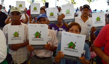 Familias veracruzanas cuentan con la escritura que acredita su propiedad.
