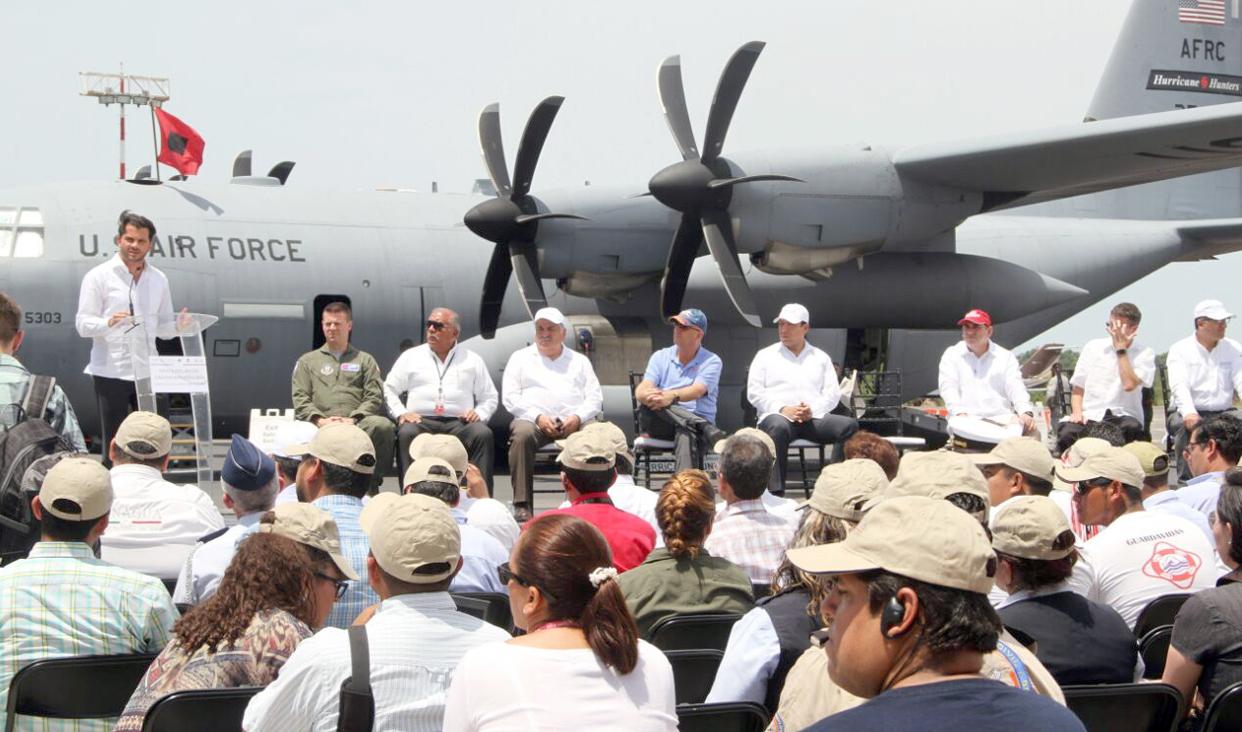 Avión cazahuracanes de E.E.U.U brinda información sobre ubicación y posible trayectoria de los huracanes.
