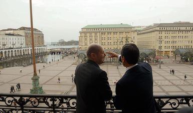 Olaf Scholz, Alcalde Gobernador de la Ciudad de Hamburgo, muestra al Presidente Peña Nieto la ciudad de Hamburgo desde el balcón.