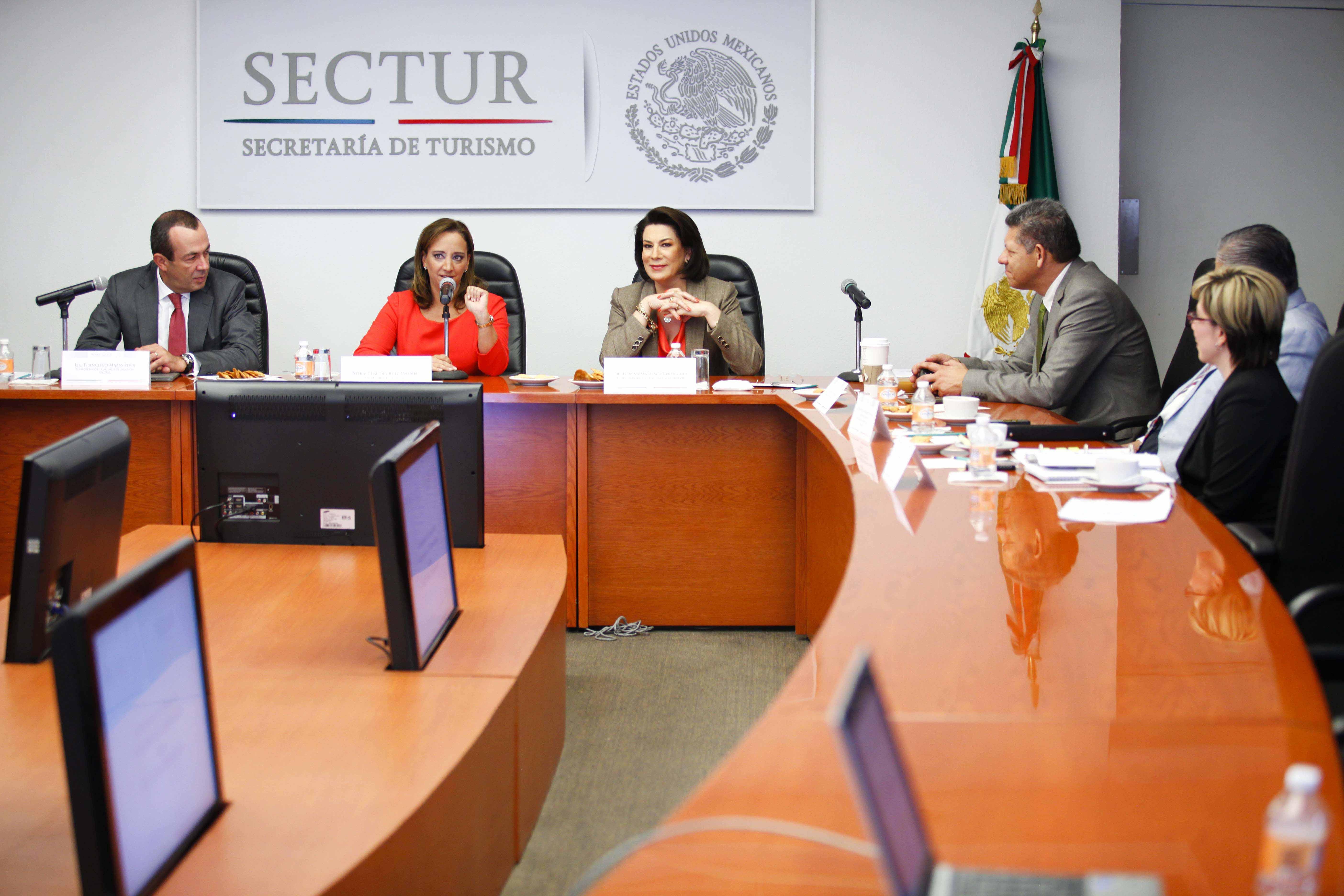 Las titulares de la SECTUR, Claudia Ruiz Massieu, y de la PROFECO, Lorena Martínez Rodríguez, signan convenio de colaboración para defender derechos del consumidor de servicios turísticos.
