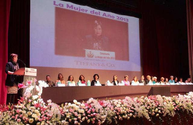 """Recibe la secretaria de Salud el nombramiento de """"La Mujer del Año 2013"""""""