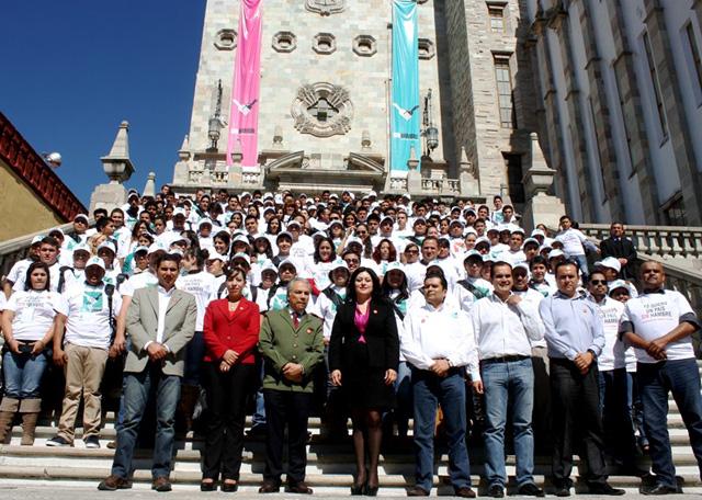 Jóvenes participantes en la Cruzada Nacional Contra el Hambre rinden protesta en la Universidad de Guanajuato.
