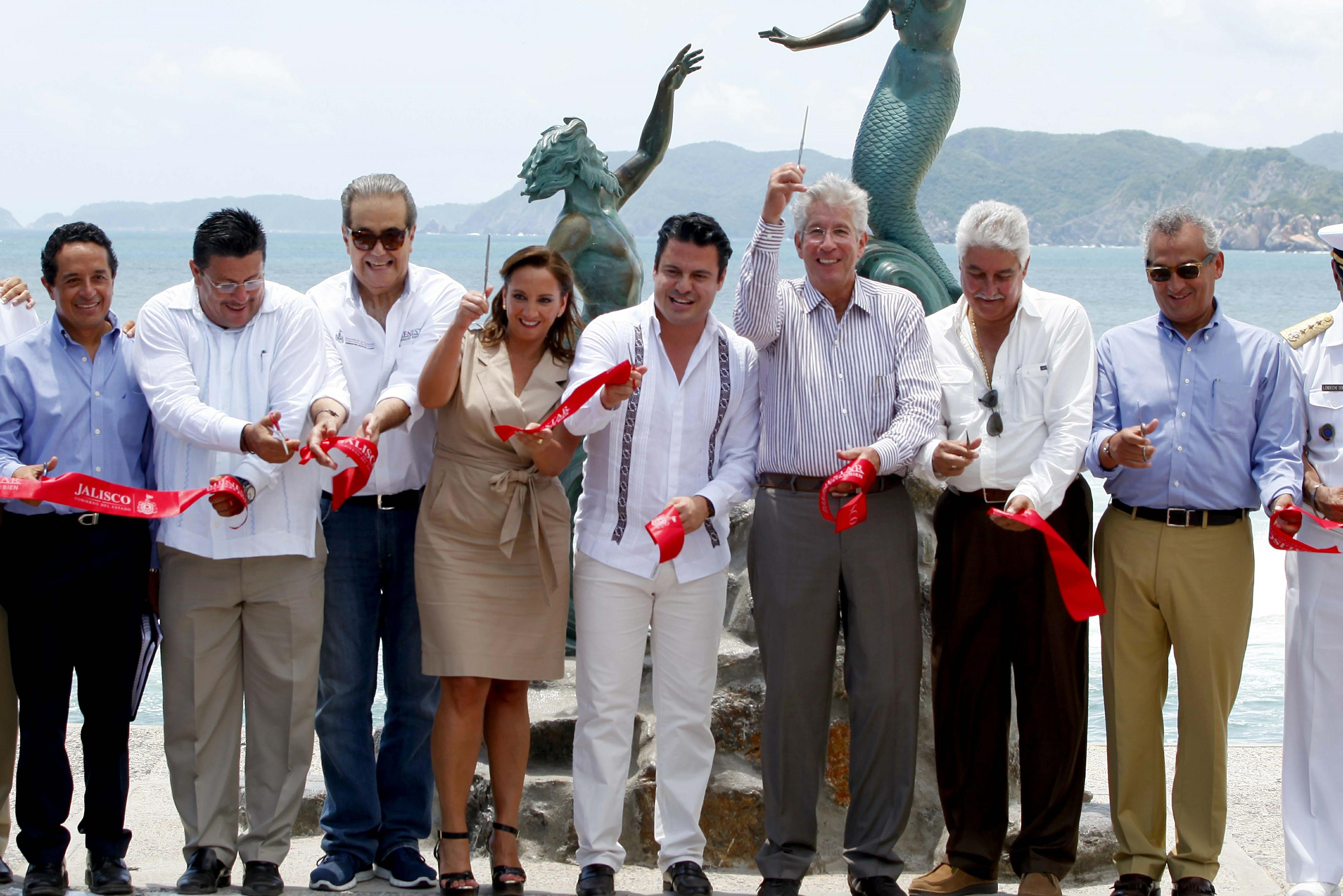 Corta listón la Secretaria de Turismo del Gobierno de la República, Claudia Ruiz Massieu, en compañía del gobernador de Jalisco, Aristóteles Sandoval, para inaugurar hoy la primera etapa de las obras de recuperación en la playa de Barra de Navidad.