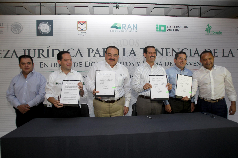 El titular de la SEDATU y el director en jefe del RAN, Manuel Ignacio Acosta, entregaron escrituras de la Universidad y el Estadio de Sonora.