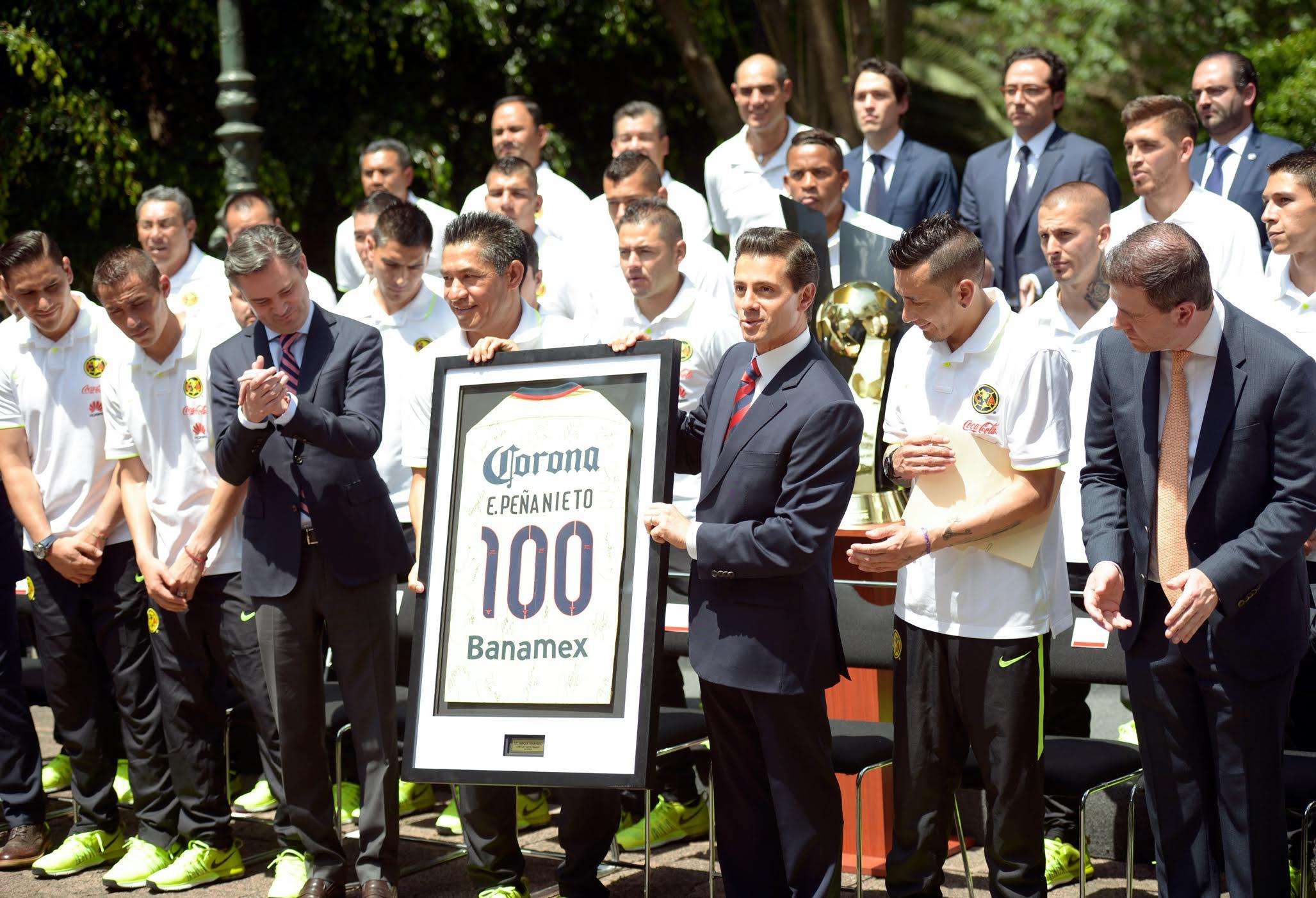 """El Titular del Ejecutivo Federal expresó su confianza en que, así como lograron el Campeonato de la CONCACAF, pondrán en alto no sólo el nombre del """"Club América"""", sino además el de México."""