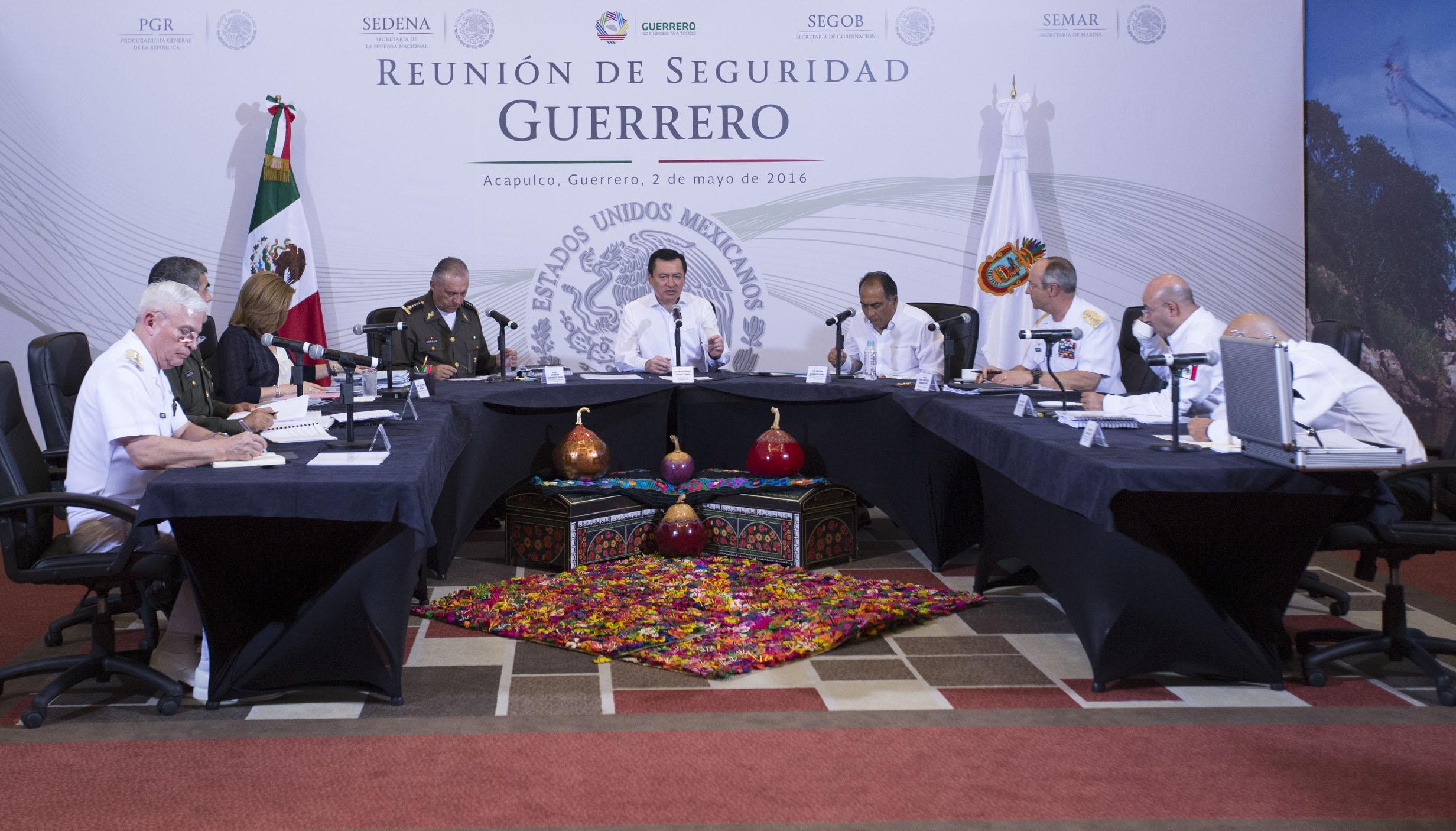 El Secretario de Gobernación, Miguel Ángel Osorio Chong, encabezó la reunión del Gabinete de Seguridad del Gobierno de la República con autoridades estatales y municipales, en Acapulco, Guerrero, para evaluar las acciones en materia de seguridad