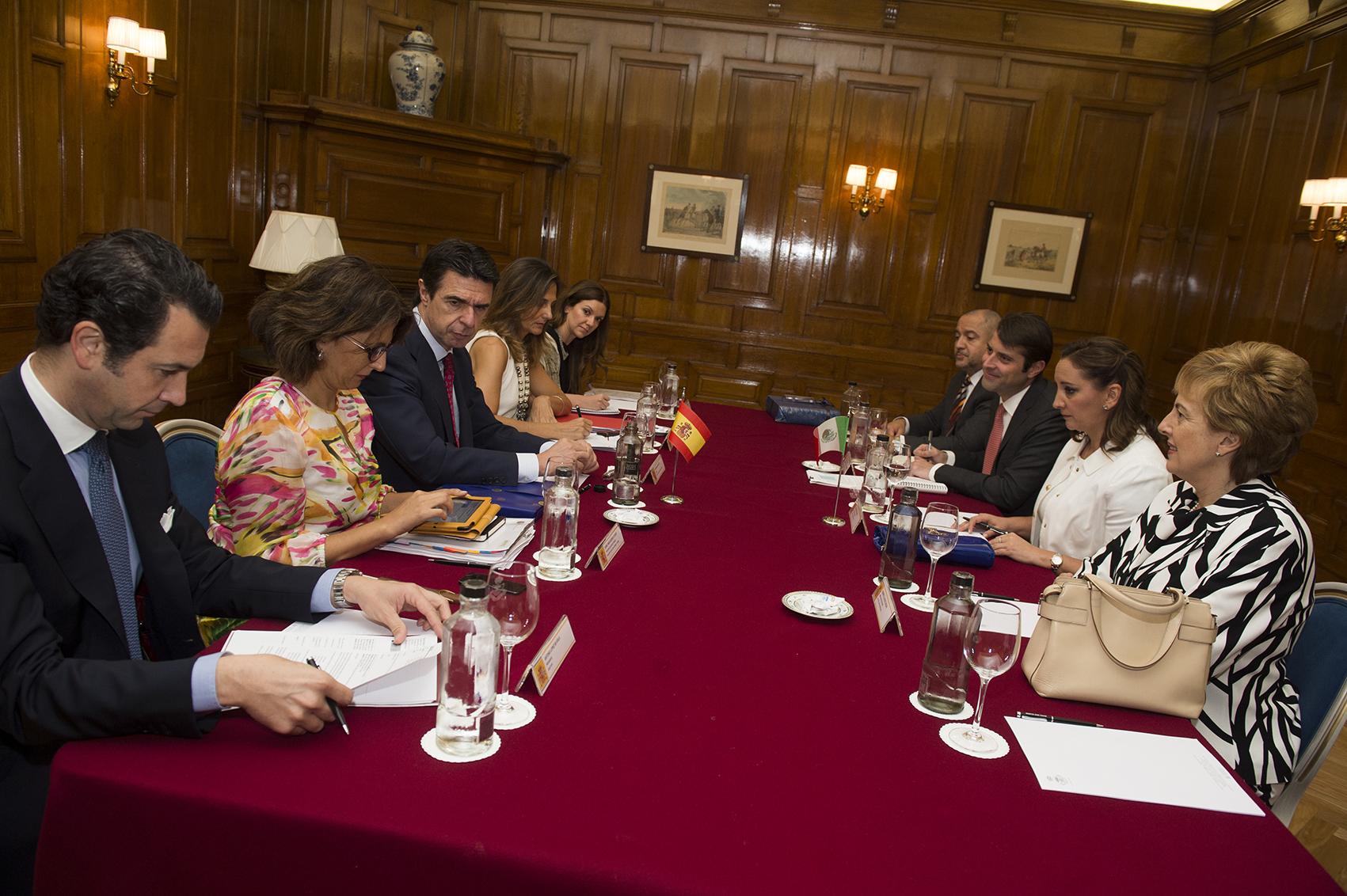 La Secretaria de Turismo del Gobierno de la República, Claudia Ruiz Massieu, sostuvo una reunión bilateral con el Ministro de Industria, Energía y Turismo del Reino de España, José Manuel Soria López.