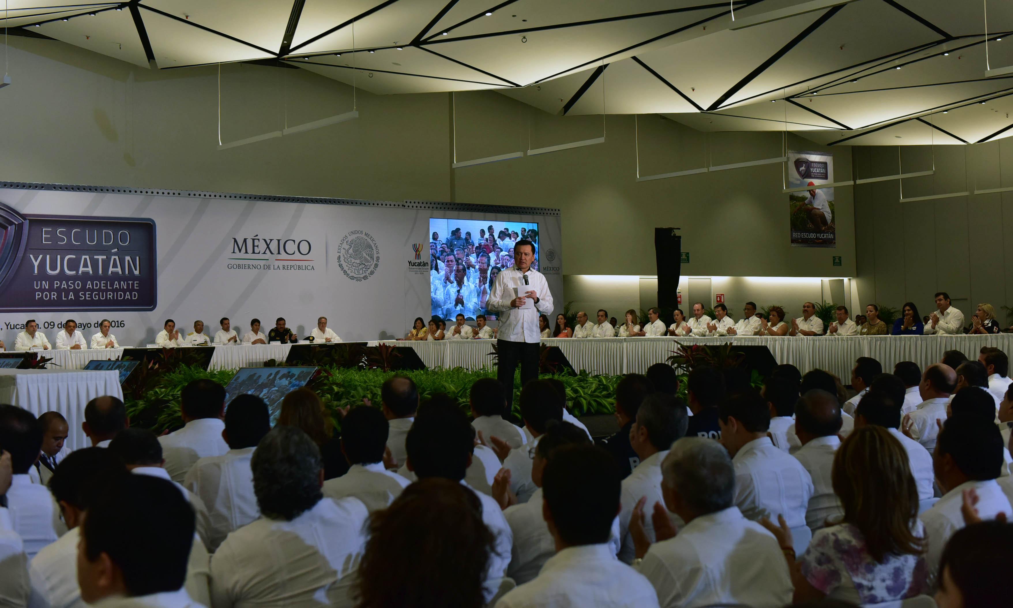 El Secretario de Gobernación, Miguel Ángel Osorio Chong, durante la toma de protesta a los integrantes de la Red Escudo Yucatán realizado en la ciudad de Mérida, Yucatán