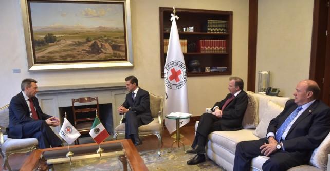 El Presidente Peña Nieto recibe al Presidente de la Cruz Roja.