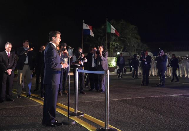 El Presidente Peña Nieto dirige unas palabras en su arribo a la Cumbre de las Américas en Panamá.