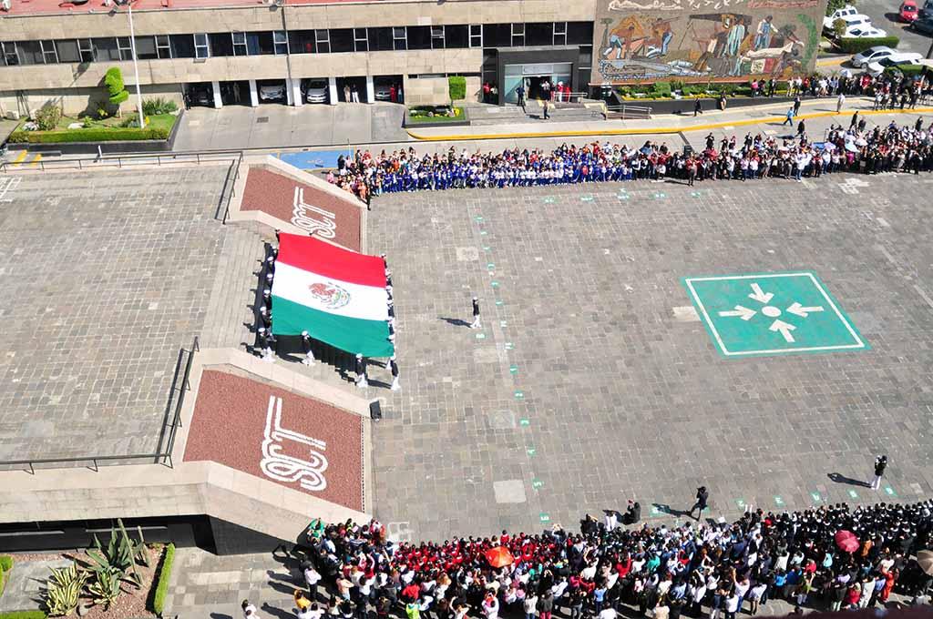 Rinde SCT honores a la bandera y renueva el Lábaro Patrio