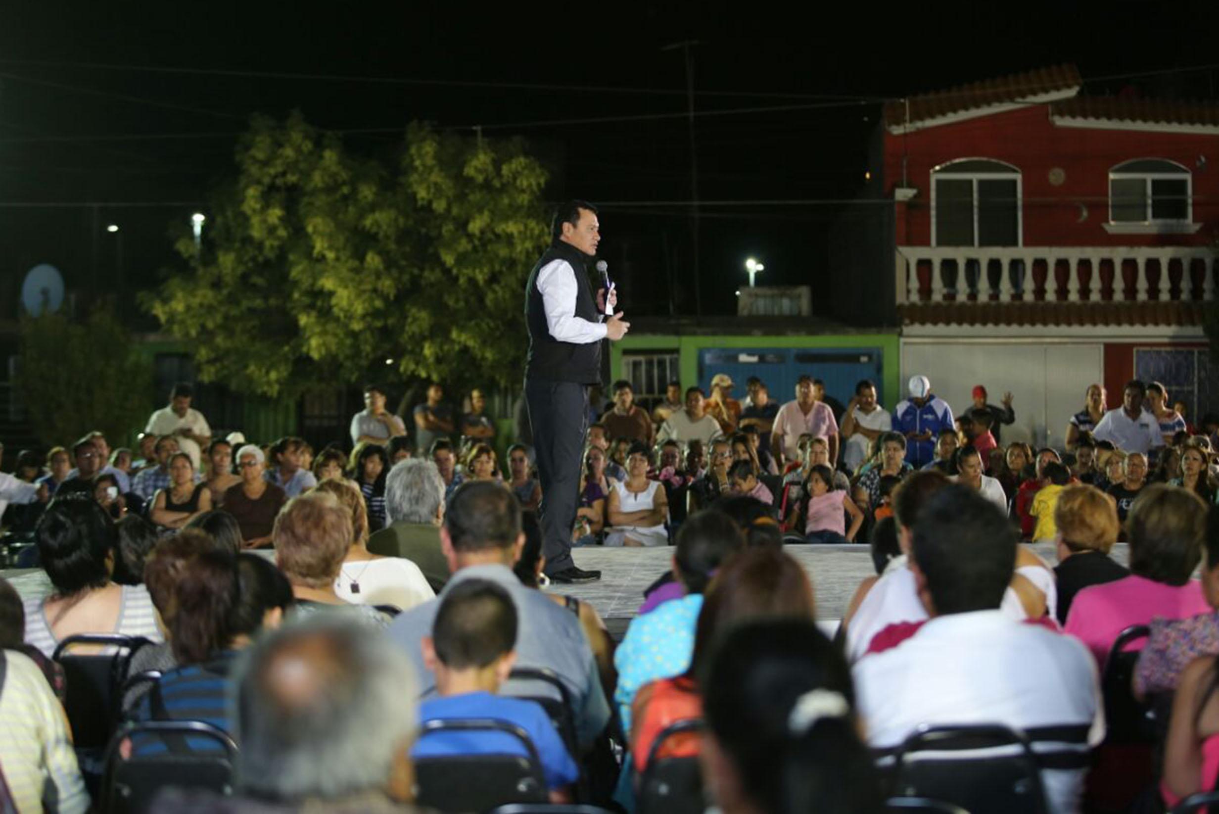 """El Secretario de Gobernación, Miguel Ángel Osorio Chong, durante un recorrido por colonias de la ciudad de Durango, como parte de la la estrategia """"Ciudades Seguras para las Mujeres, Derecho a la Ciudad"""""""