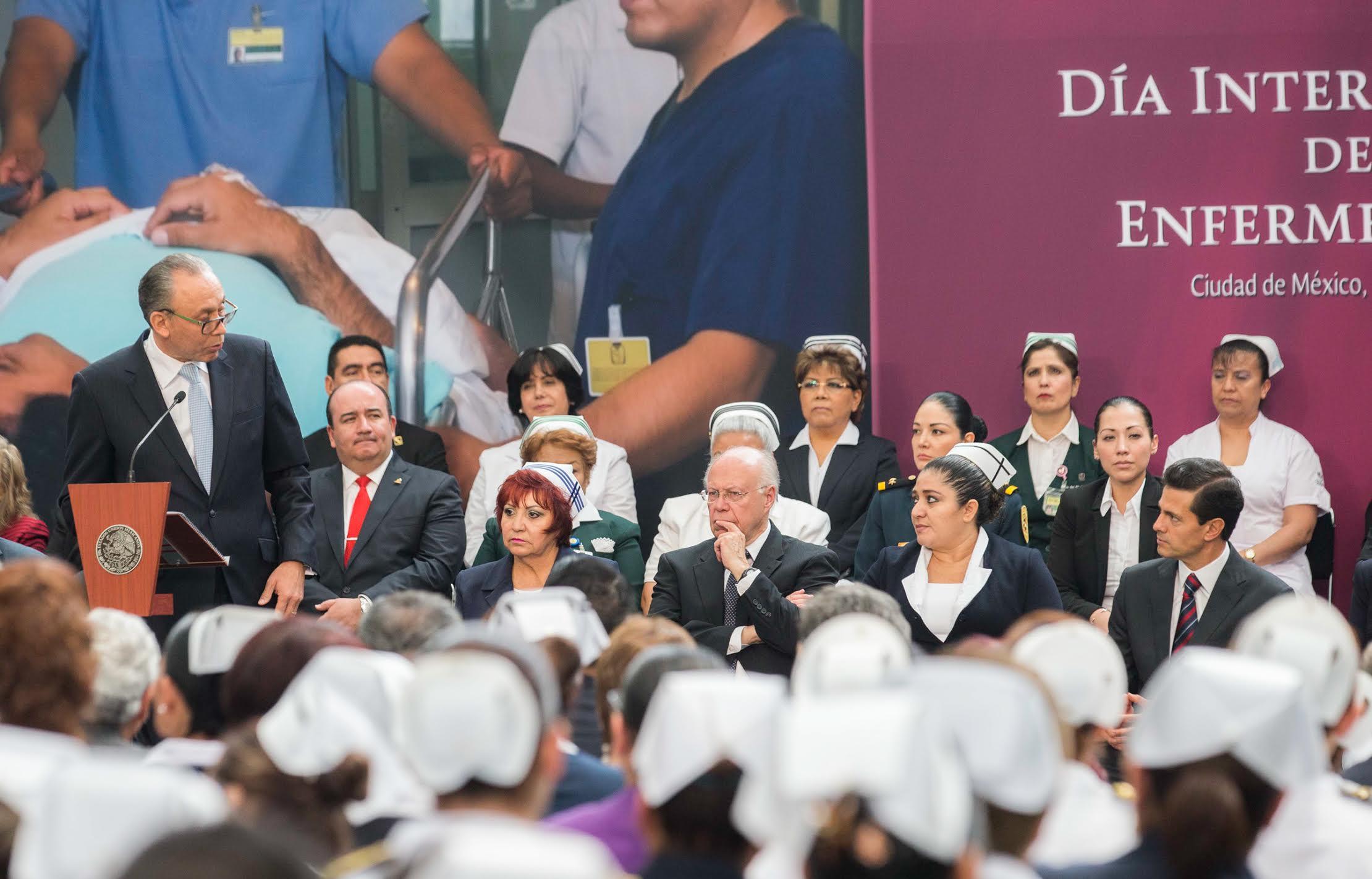 """""""En la enfermedad, el tiempo se detiene. Médicos y enfermeras sostienen el tiempo en pausa y buscan por todos los medios aliviar el dolor, salvar una vida, alimentar la fe en la humanidad"""", José Reyes Baeza."""
