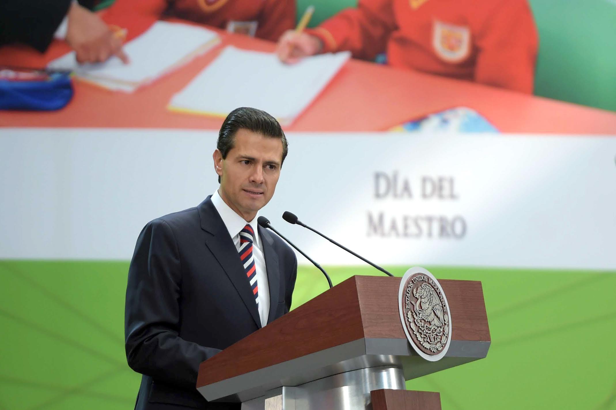 """""""En este 15 de mayo, podemos decir orgullosamente que las maestras y maestros de México están asumiendo con total decisión el reto transformador del Siglo XXI"""": EPN"""
