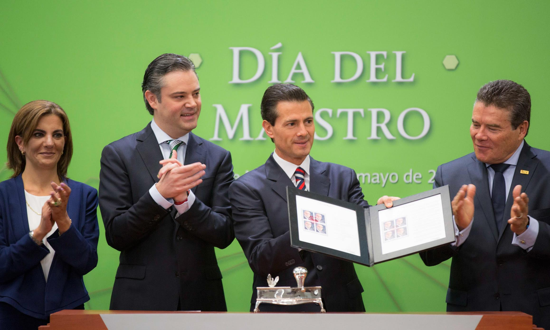 """""""Education reform requires commitment and determination of all of us; fully implementing it is one of society's demands:"""" EPN"""